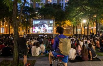 Cinéma urbain à la place de la Paix du Quartier des spectacles